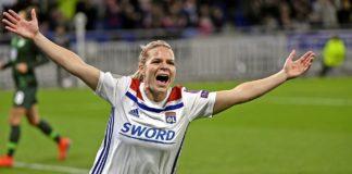Eugénie Le Sommer célébrant son but