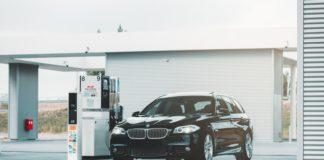 Voiture BMW dans une station service