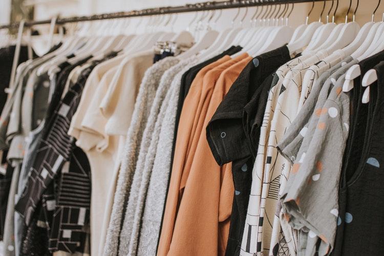 Des vêtements sur des cintres dans un magasin