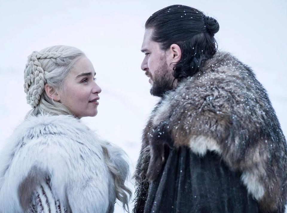Daenerys Targaryen (à gauche) et Jon Snow (à droite) de la série Gamle of Throne