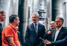 Le Ministre Bruno Le Maire visitant une usine en Corse, en juin 2018