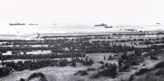Des soldats alliés débarquant sur une plage de Normandie