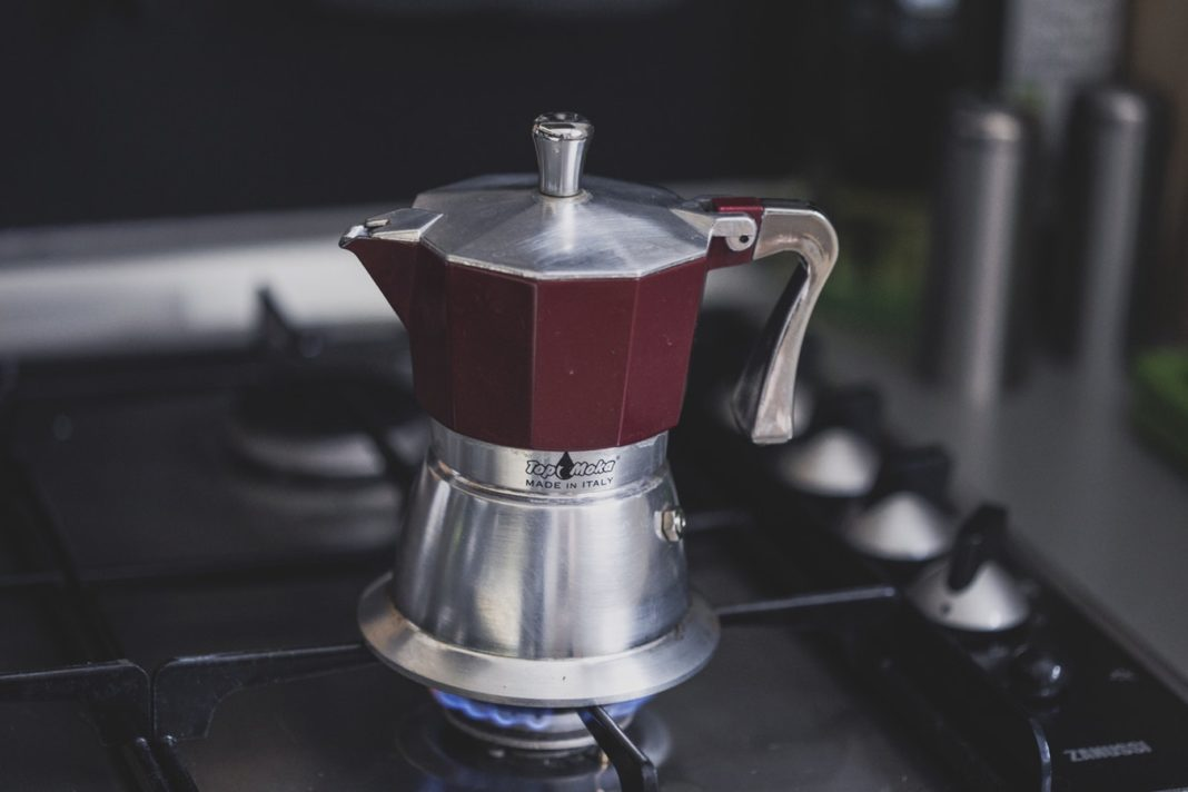 Machine à café sur une cuisinière