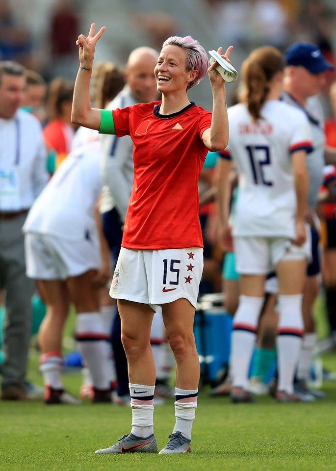 Megan Rapinoe, la capitaine des Etats Unis célébrant le sacre mondial