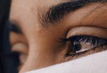 Une femme coulant des larmes sous un voile