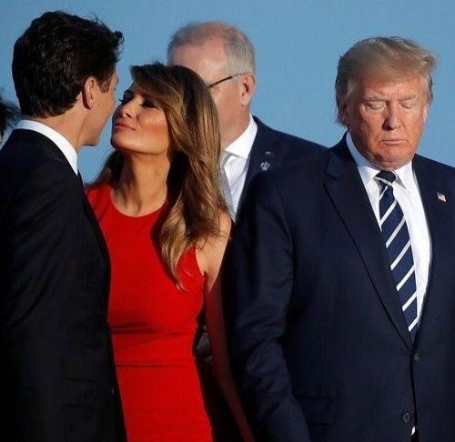 La First lady américaine semble donner un baiser langoureux au Premier Ministre canadienne lors de la photo de famille du G7 en France