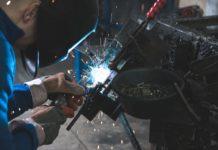 Un ouvrier dans une usine de montage