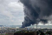 De la fumée s'élévant au-dessus de l'usine de Lubrizol, le jeudi 26 septembre 2019
