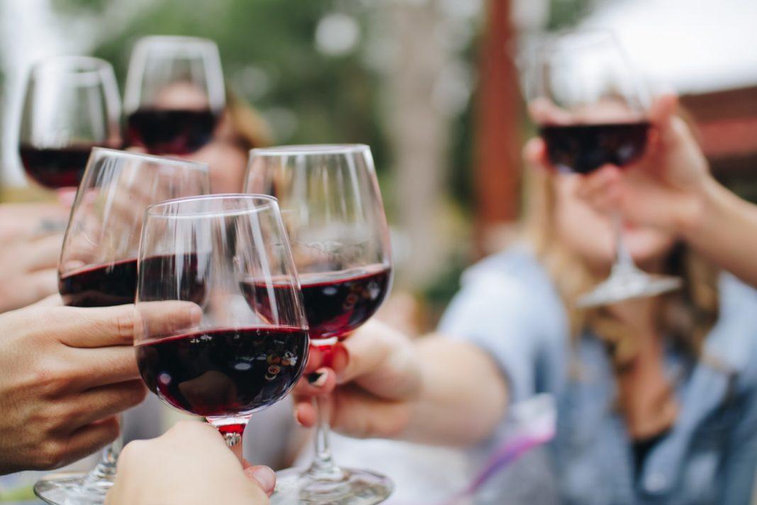 Des personnes levant leurs coupes de vin