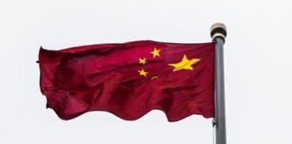 Un drapeau chinois flottant au vent.