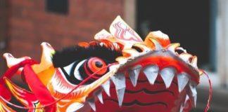Un dragon, gueule ouverte. lors d'un défilé.