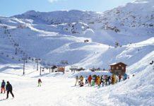Une station de ski en hiver.