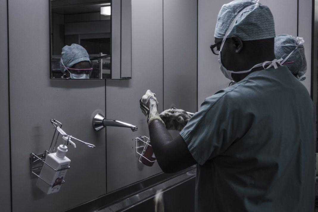 Un medecin noir à l'Hôpital universitaire des enfants Reine Fabiola, Bruxelles, Belgique.