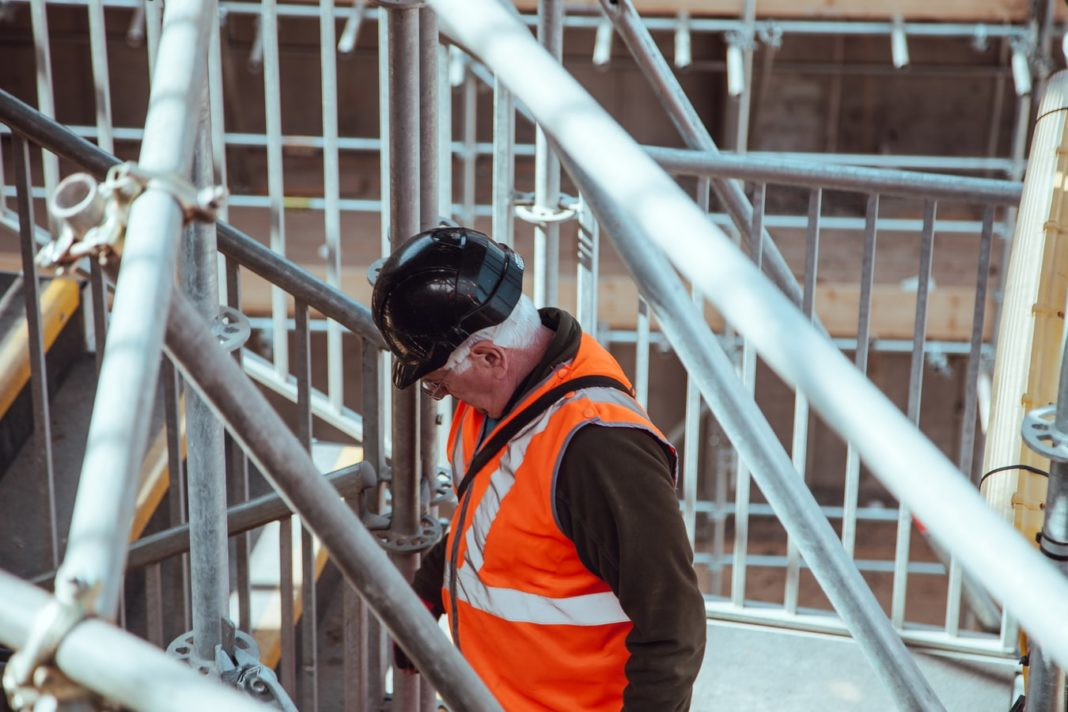 Un ouvrier du bâtiment sur un chantier.