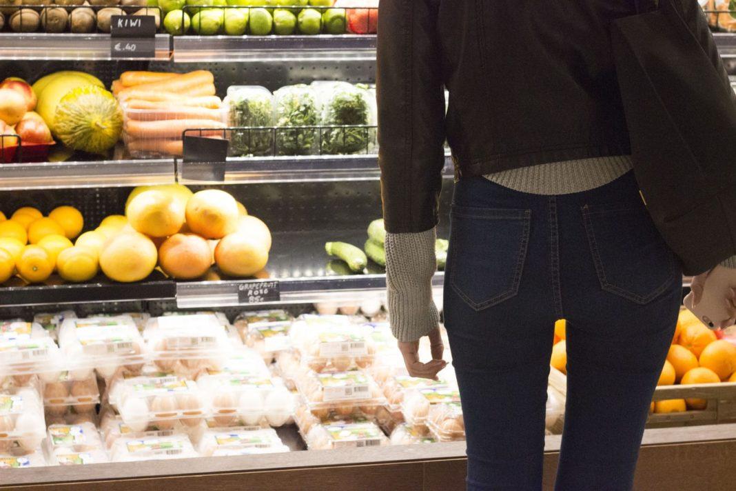 Inquiets d'une propagation du coronavirus et d'un confinement, les consommateurs français se ruent sur les supermarchés pour acheter pâtes, riz ou encore lait.