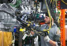 Un employé de General Motors dans un atelier de montage et d'assemblage de véhicules de la marque.