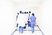 Des medecins dans un couloir d'hôpital.