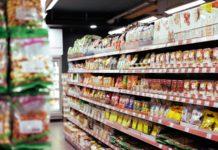 Un rayon de produits alimentaires dans un hypermarché.