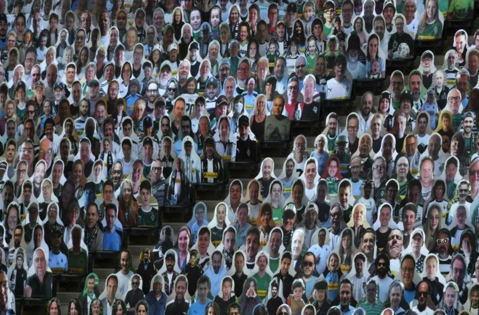 Des supporters en carton dans le stade du Borussia Mönchengladbach.