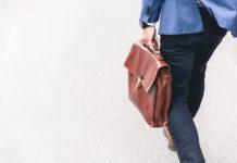 Un travailleur transportant un sac.