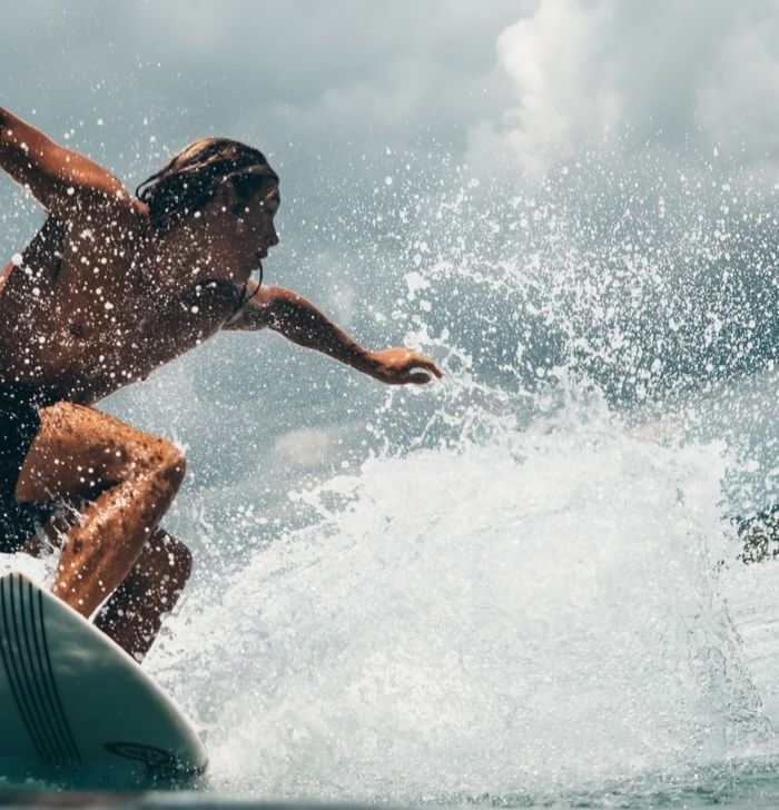 Un surfeur sur une vague.