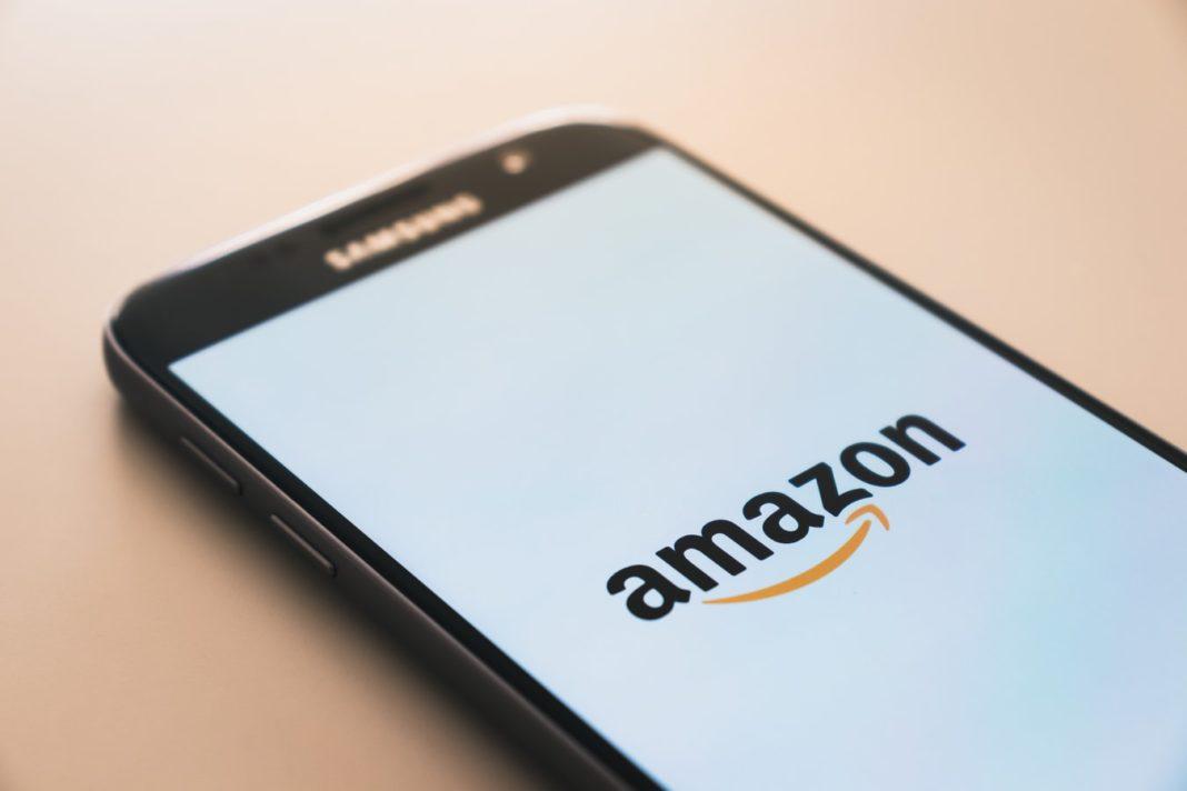 Un smartphone affichant le logo d'Amazon.