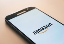 Un smartphone affichant le logo d'Amazon.